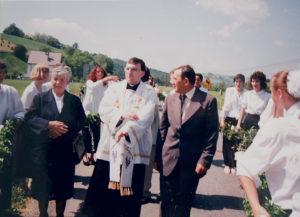 Gregor Olszak mit seinen Eltern am Anfang seiner Priesterlaufbahn