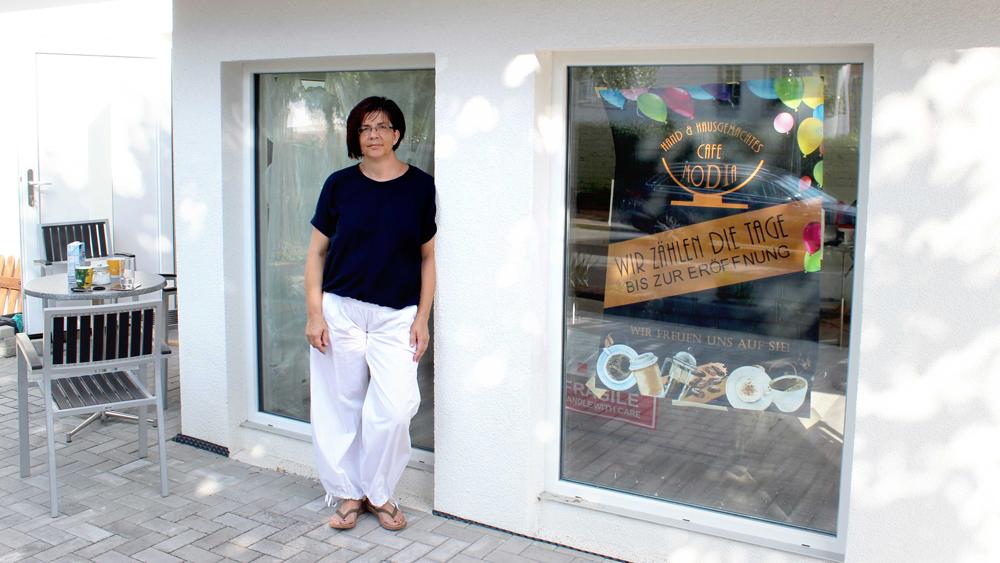 Diana Falk vor ihrem Café