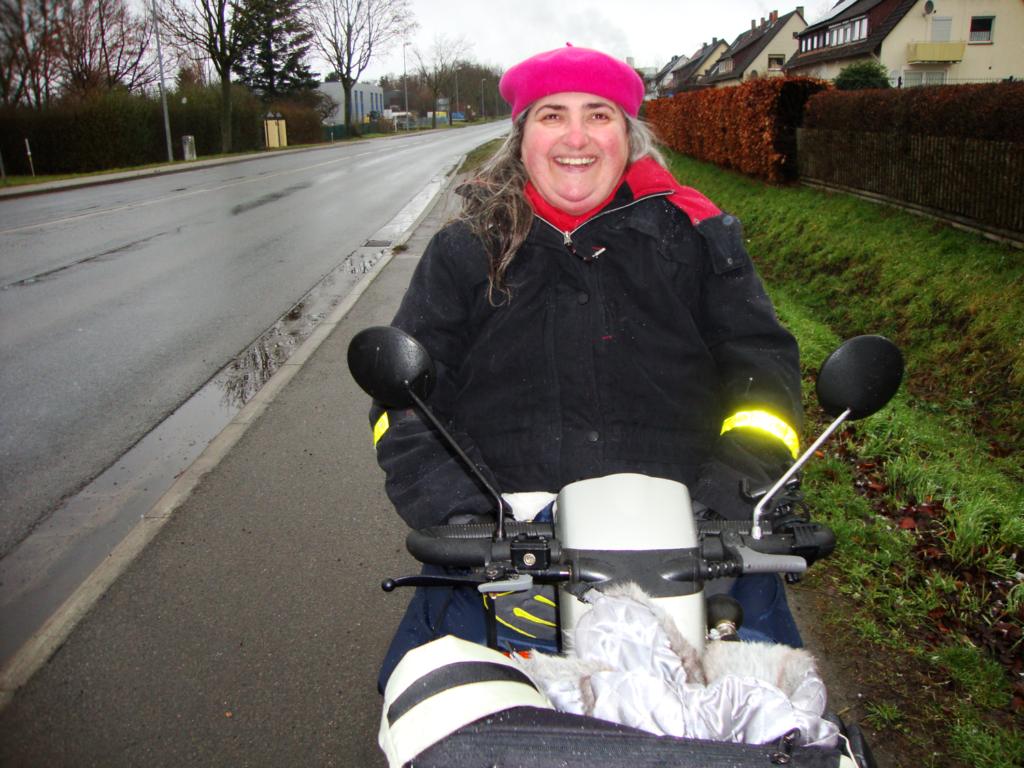 Kerstin Hübner mit ihrem Elektromobil