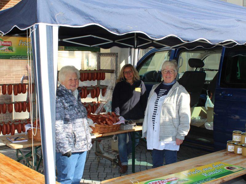 Der Frischemarkt Dierker bot an diesem Freitag Braunschweigische Mettwürste an. Zahlreiche Besucher nutzten das neue Angebot.