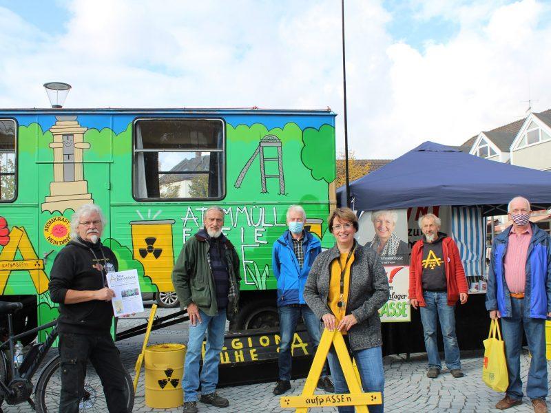 Die Asse-Aktivisten waren mit ihrem Bauwagen vor Ort und informierten Besucher über die Situation um den Asse-Schacht. Sie laden am kommenden Mittwoch zum Gespräch in die Groß Vahlberger Scheune Am Lahbusch ein und werden auch am kommenden Freitag auf dem Markt sein.