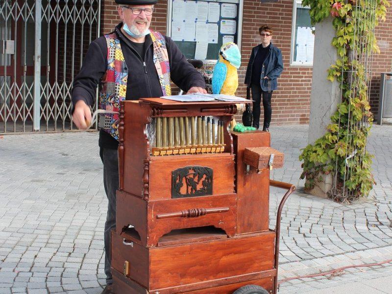 Ein Leierkastenmann sorgte an diesem Freitag für musikalische Untermalung.